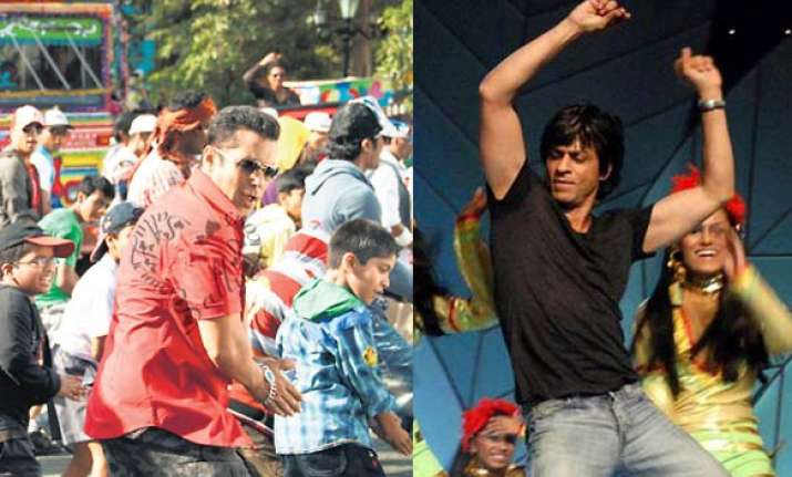 shah rukh does a dhinka chika at reddy wedding