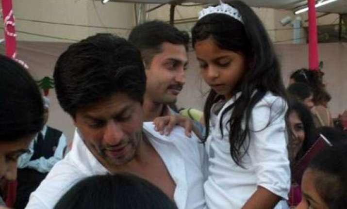 shah rukh hurts ribs playing soccer with daughter