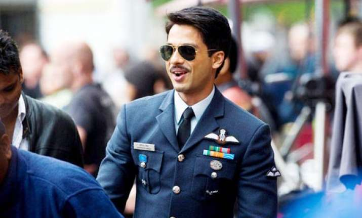 shahid flies in a f 16 fighter