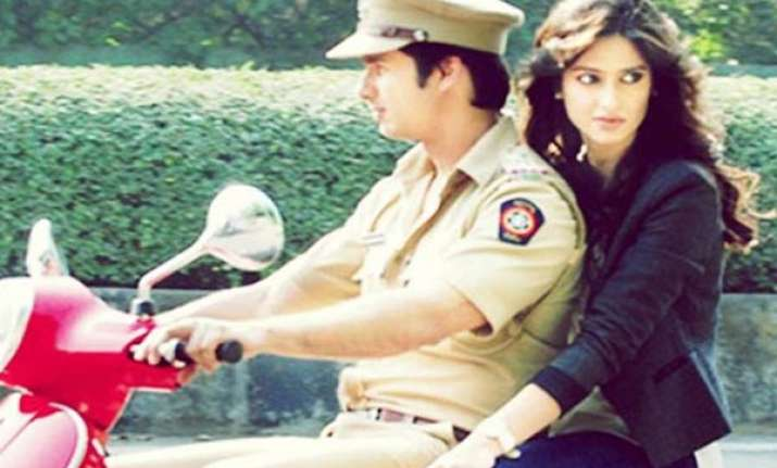shahid kapoor plays carrom between takes on film set