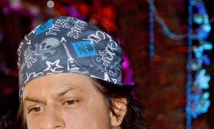 shah rukh khan s knee troubling him might undergo surgery