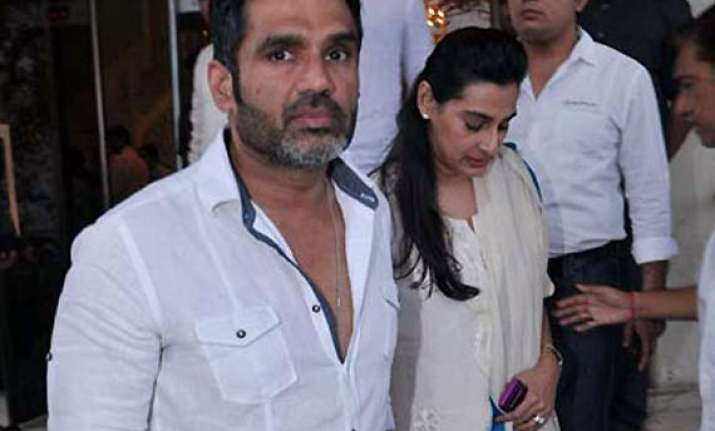 ailing father top priority for suniel shetty