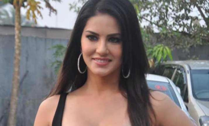 sunny leone takes hindi lessons on fear files set