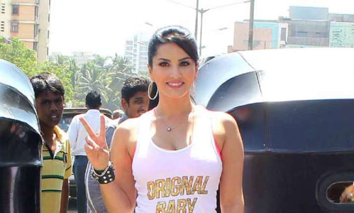 omg sunny leone manhandled by auto drivers see pics