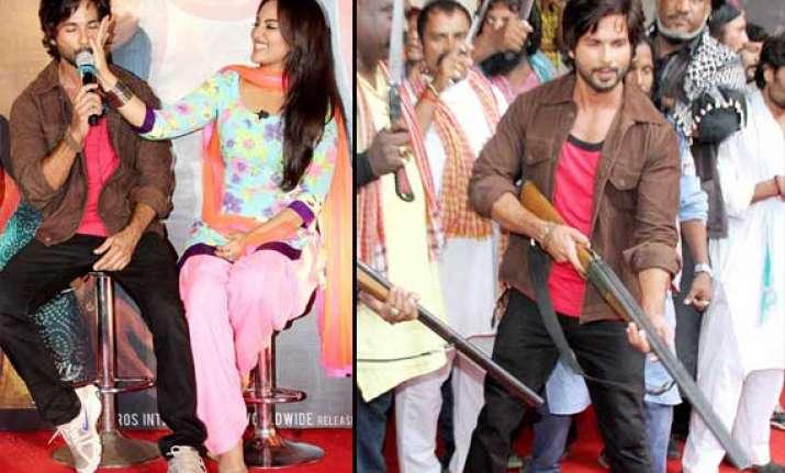 sonakshi slaps shahid at r.. rajkumar trailer launch see