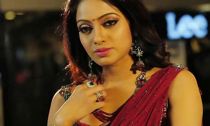 telugu actress udaya bhanu to host tvshow about poll