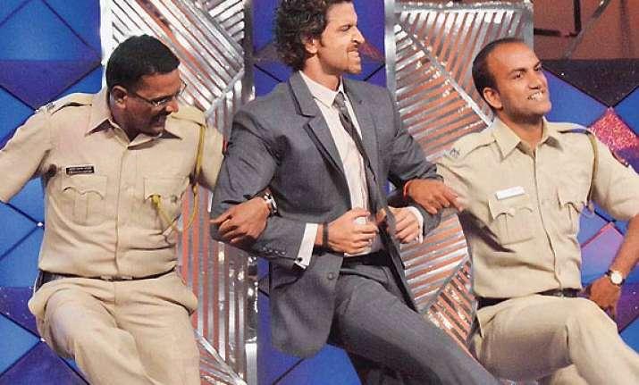 bollywood stars to salute mumbai cops see pics