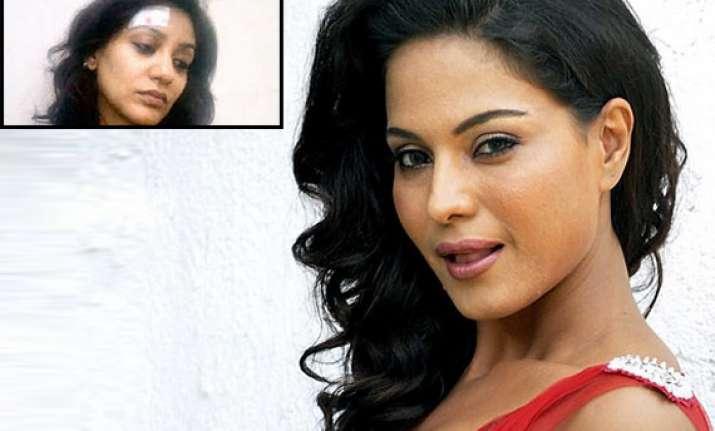 veena malik assaults vedita bangs her head on a rod while