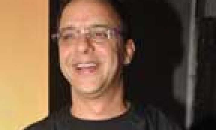 vidhu vinod chopra offers vacation to filmistaan actors