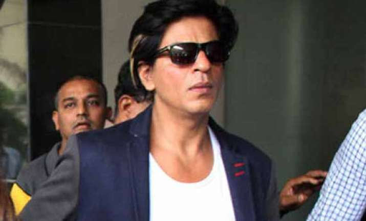 when shah rukh was surrounded with fans in a flight view