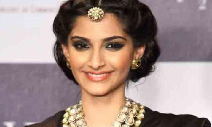 won t date anyone from film industry sonam kapoor