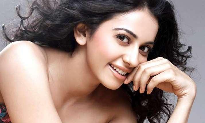 yaariyan actress detained at delhi airport