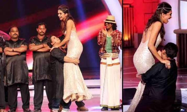 zee cine awards 2014 comedian bharti lifts up deepika