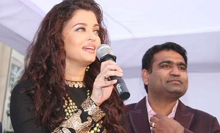 aishwarya rai s new stunning look launches jewelery