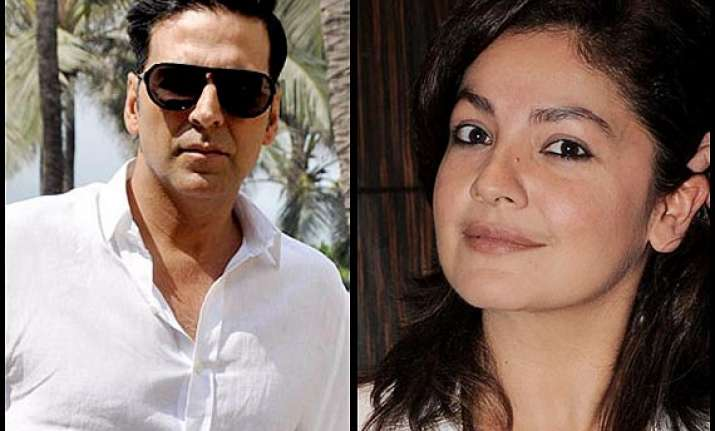 akshay kumar s holiday... faces quash from pooja bhatt see