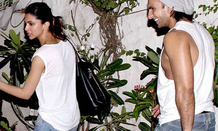 deepika ranveer spotted on date try to hide from cameras