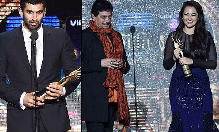 iifa 2014 stars receiving awards pics