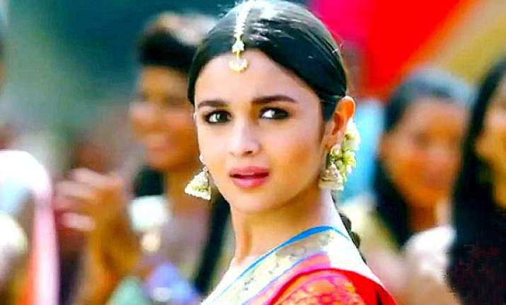 2 states song review do some bhangra on iski uski tunes