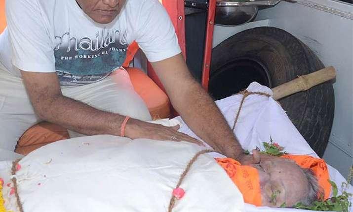 nanda s funeral pics salim khan shashi kala and tabassum
