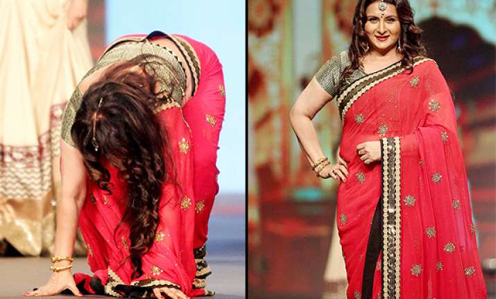oops poonam dhillon falls terribly on the ramp regains self