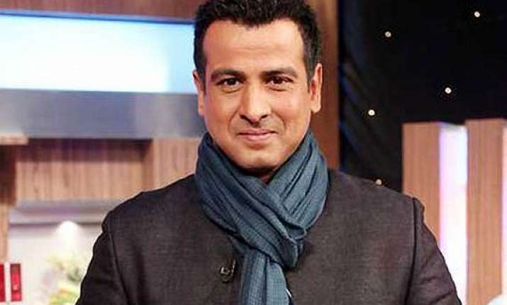 ronit roy gifts shoes to adaalat unit