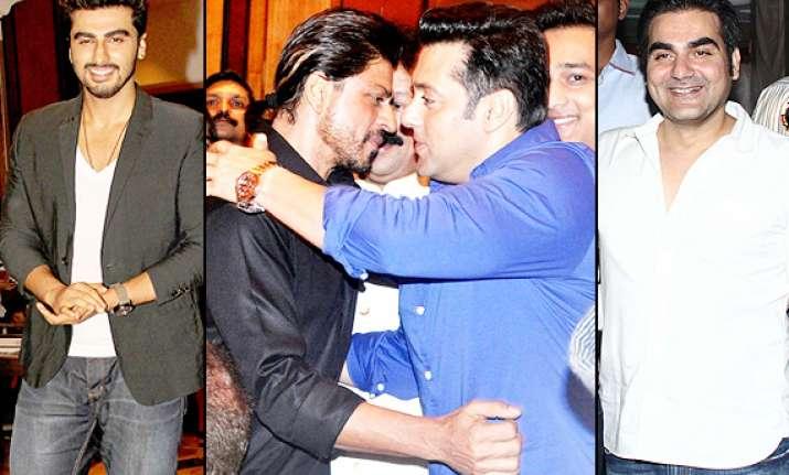 shah rukh salman hug arjun kapoor suniel shetty arbaaz khan