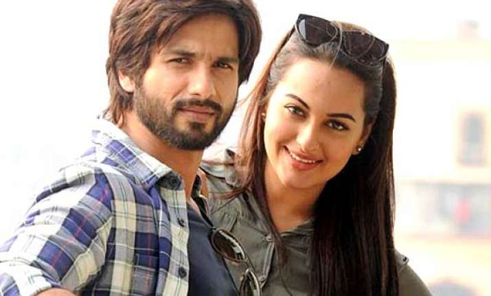 shahid kapoor birthday actor parties with sonakshi in goa