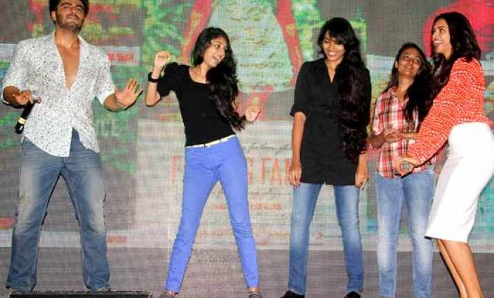 deepika padukone arjun kapoor unveil shake your bootiya song