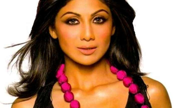 yummy mummy shilpa shetty supports non pregnancy clause in