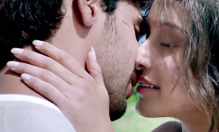 Shraddha Kapoor Kissing Video