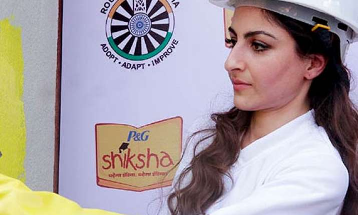 soha ali khan becomes a social worker paints school wall to