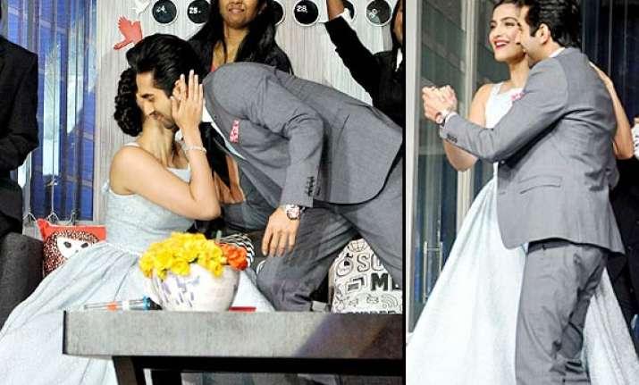 sonam ayushmann get touchy during bewakoofiyaan promotion