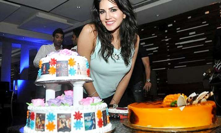 sunny leone celebrates birthday on the sets of tina and