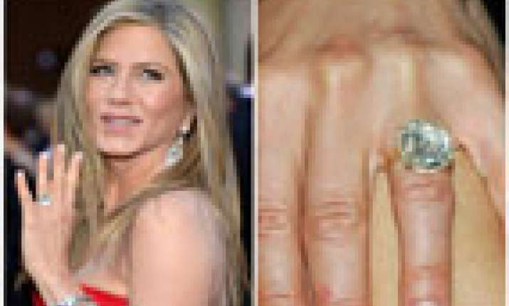 aniston flaunts engagement ring at premiere