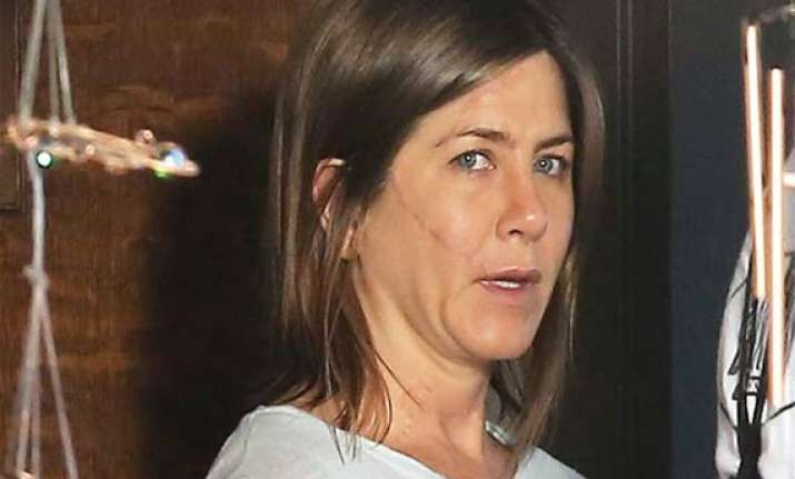 aniston sports face scar for new film