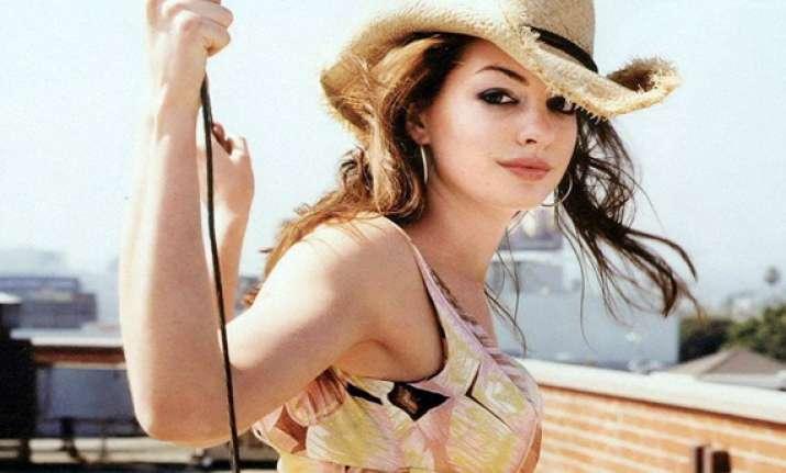 anne hathaway defends hosting worst ever oscars 2011