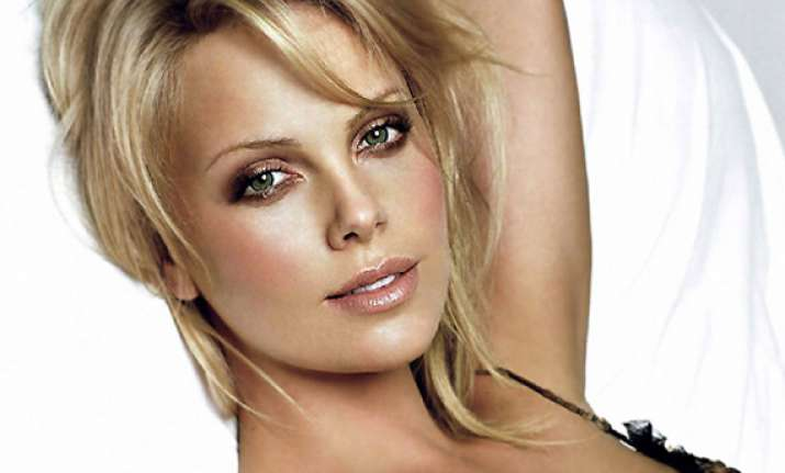charlize theron gets a golden globe wakeup call
