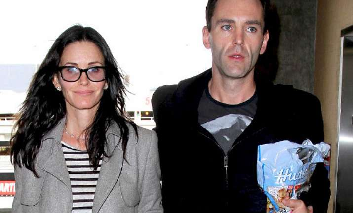courteney cox engaged to johnny mcdaid