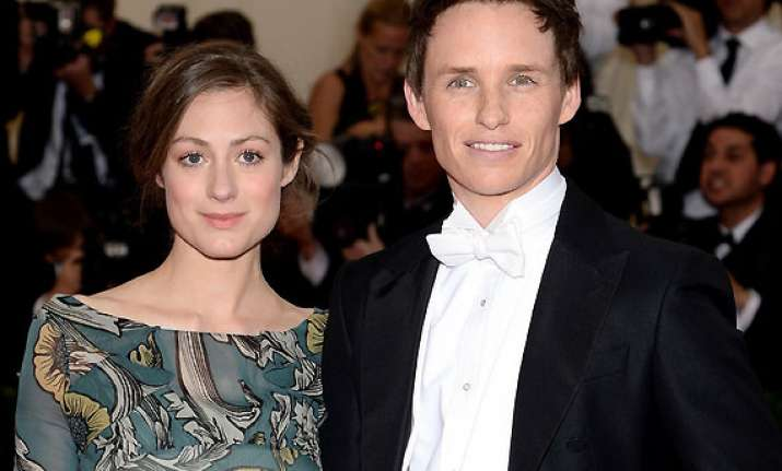 eddie redmayne engaged to girlfriend hannah bagshawe