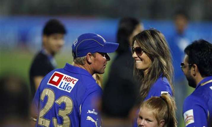 elizabeth hurley loves shane warne for his wit and accent