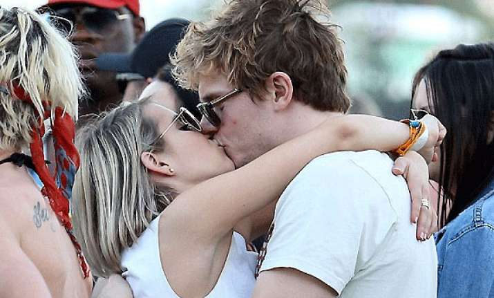 evan peters upsets emma roberts after their first kiss