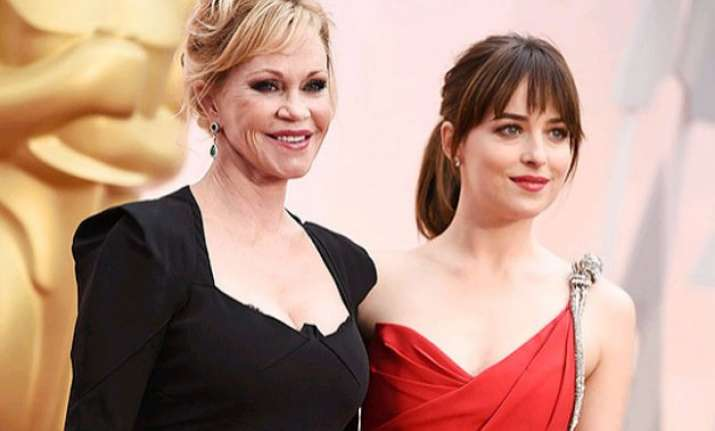 oscars 2015 why is dakota johnson miffed at her mother