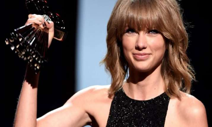taylor swift rakes in four awards at mtv video music awards