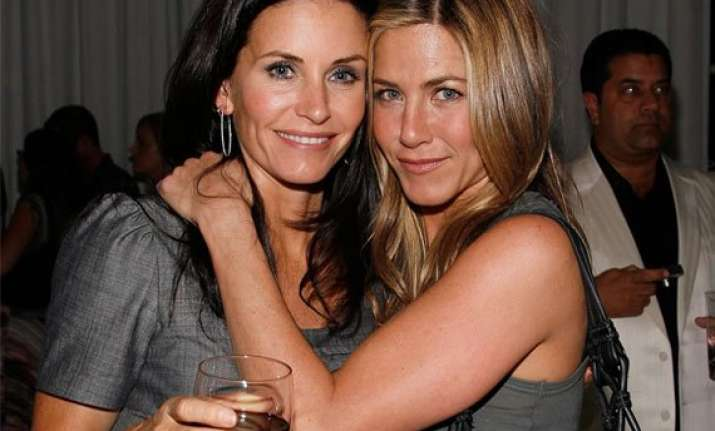 jennifer aniston throws bachelorette party for courteney cox
