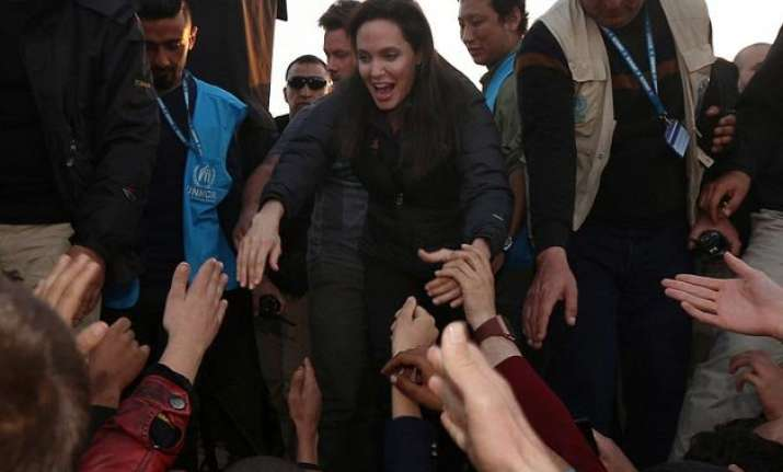 angelina jolie meets isis victims in refugee camp