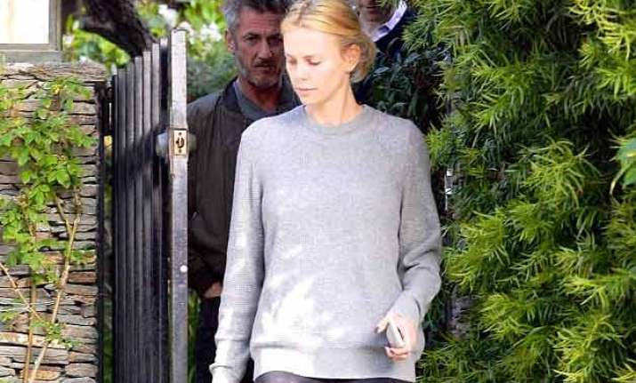 charlize theron sean penn spotted househunting