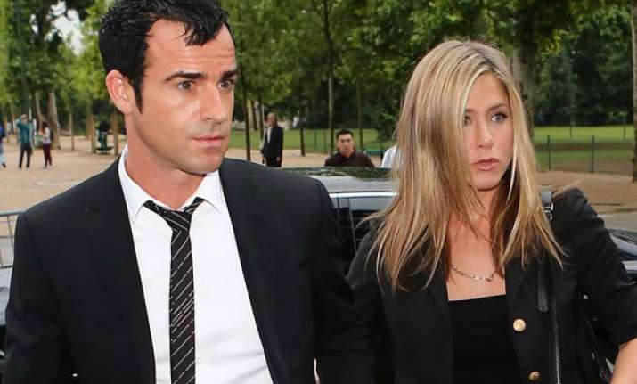 jennifer aniston moves into new house with beau