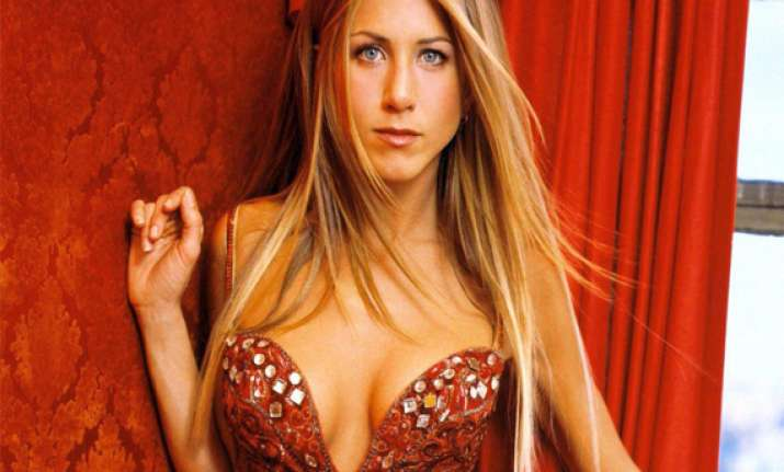jennifer aniston to strip in we re the millers