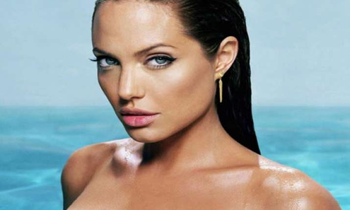 jolie to play own mother in biopic