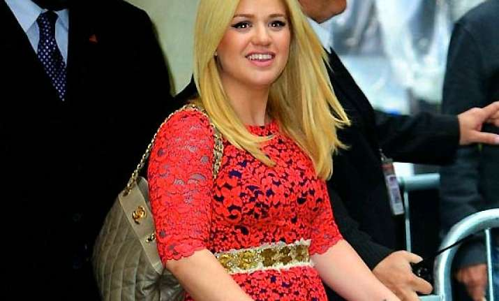 kelly clarkson wants her unborn baby to come laughing